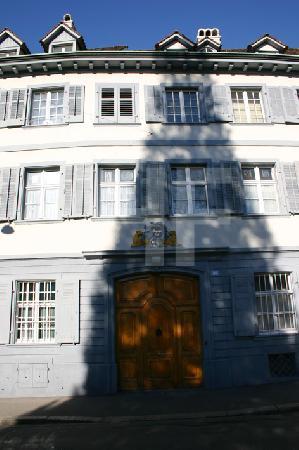 Schatten auf Fassade, Basel, Schweiz