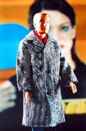 Ken in Mantel vor Heike Makatsch