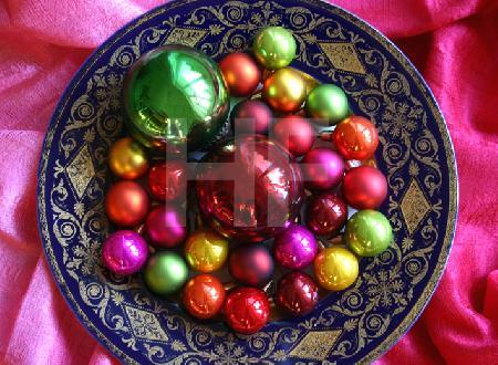 Weihnachtskugeln auf Teller mit blaugoldenem Rand