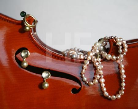 Perlenkette, Ringe und Ohrringe mit Cello