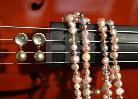 Perlenkette und Ohrringe mit Steg