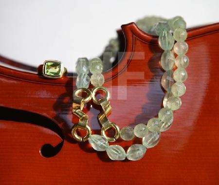 Grüne Ketten und Ring mit Cello