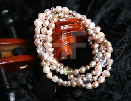 Perlenkette an Cello-Hals