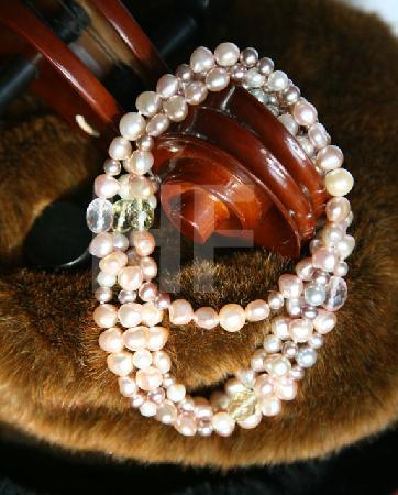 Perlenkette an Cello-Hals auf Pelz