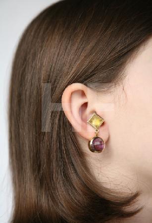 Ohrring (lila-gelb) an Modell