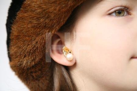 Ohrring (gelb-Perle) an Modell