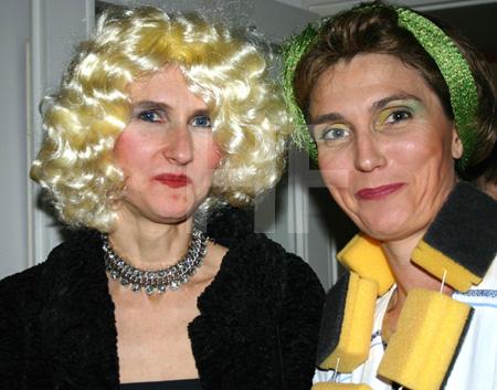 zwei kostümierte Frauen