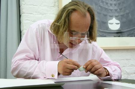 M.C. bei der Retusche, im Atelier