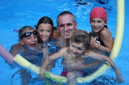 C. mit Kindern im Pool