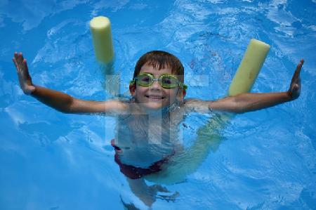 T. im Pool