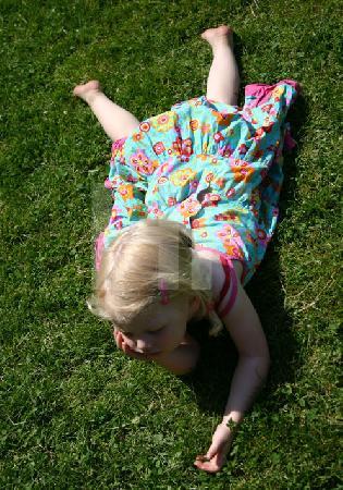 Kind im Gras