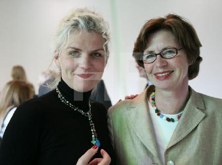 """Barbara Geiger mit Barbara Hosmann bei ihrer Lesung im Fotostudio """"Glashaus"""" in Köln"""