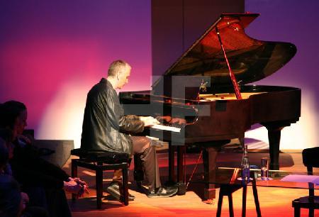 """Der Komponist Andreas Lucas bei einer Lesung des """"Prophet"""" von Khalil Gibran im Alten Pfandhaus in Köln"""