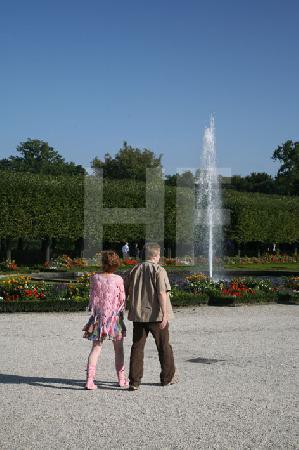 Spaziergänger im Park von Schloß Brühl