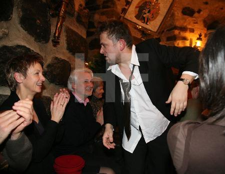 """Der Sänger der """"Male Babes"""" bei einem Auftritt im Blaue Funken Turm, im Rahmen des Festivals """"Musik in den Häusern der Stadt"""" vom KunstSalon"""
