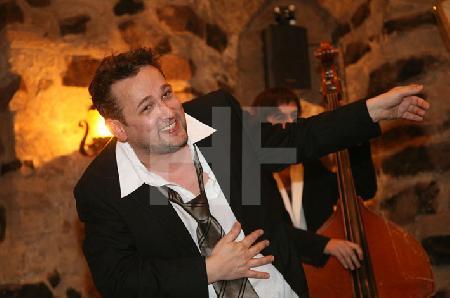"""Zwei der """"Male Babes"""" bei einem Auftritt im Blaue Funken Turm, im Rahmen des Festivals """"Musik in den Häusern der Stadt"""" vom KunstSalon (2)"""