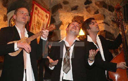 """Die """"Male Babes"""" bei einem Auftritt im Blaue Funken Turm, im Rahmen des Festivals """"Musik in den Häusern der Stadt"""" vom KunstSalon (2)"""