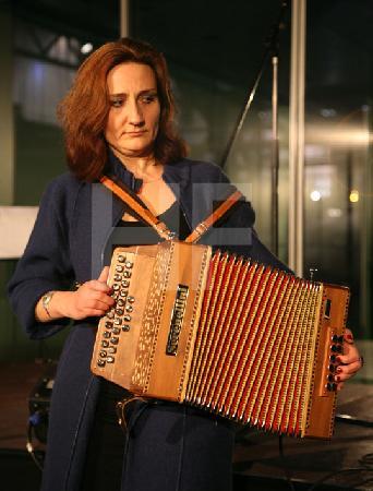"""Fabienne Carlier bei einem Akkordeon-Abend in der Design-Post in Köln, im Rahmen des Festivals """"Musik in den Häusern der Stadt"""" des KunstSalon. (2)"""