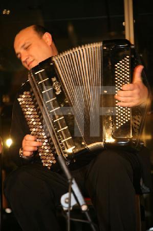 """Alexander Pankow bei einem Akkordeon-Abend in der Design-Post in Köln, im Rahmen des Festivals """"Musik in den Häusern der Stadt"""" des KunstSalon."""