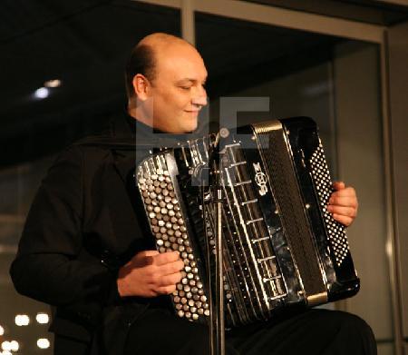 """Alexander Pankow bei einem Akkordeon-Abend in der Design-Post in Köln, im Rahmen des Festivals """"Musik in den Häusern der Stadt"""" des KunstSalon. (2)"""