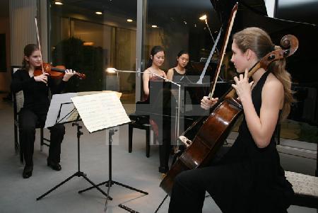 """Junge Musikerinnen des Pre College Cologne bei einem Auftritt im Rahmen des Festivals """"Musik in den Häusern der Stadt"""" des KunstSalon."""