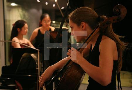 """Junge Musikerinnen des Pre College Cologne bei einem Auftritt im Rahmen des Festivals """"Musik in den Häusern der Stadt"""" des KunstSalon. (2)"""