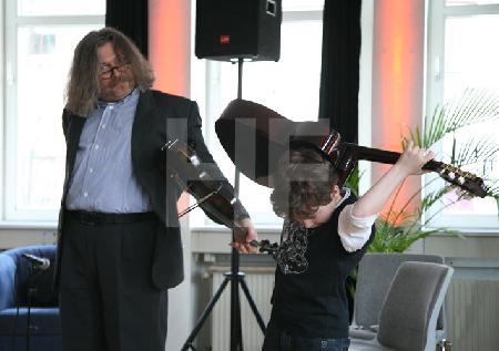 """Igor Epstein mit einem Schüler der Kölner Klezmer-Akademie e.V. bei einem Vorspiel im Rahmen des Festivals """"Musik in den Häusern der Stadt"""" des KunstSalon."""