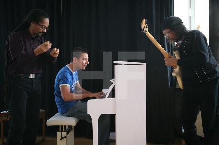 """Jazz-Trio aus Lehrern der Kölner Klezmer-Akademie e.V. bei einem Vorspiel im Rahmen des Festivals """"Musik in den Häusern der Stadt"""" des KunstSalon."""