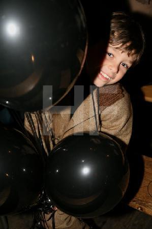 S. A. mit schwarzen Ballons.