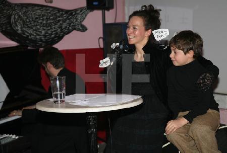 """Günter Adams und Michele Victor Adamski bei einem Chanson-Abend im XX Lovers Club im Rahmen des Festivals """"Musik in den Häusern der Stadt"""" des KunstSalon. (2)"""