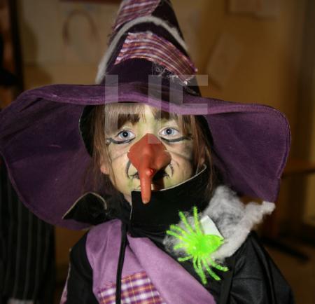Kleine Hexe mit großer Nase
