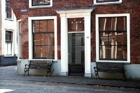 Bänke vor einem Haus in Delft, Holland