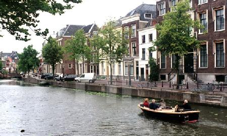 Bootsfahrt auf einem Kanal in Leiden, Holland
