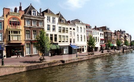 Häuser am Oude Singel in Leiden, Holland