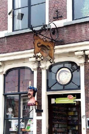 traditionelle Ladenschilder am Markt in Delft, Holland