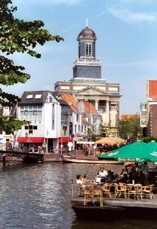Blick auf die Hartebrugkerk in Leiden, Holland