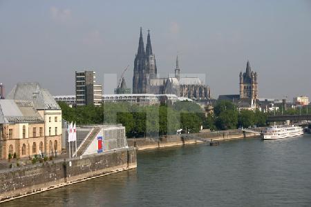 Blick von der Severinsbrücke auf das Schokolade-Museum und den Dom, Köln