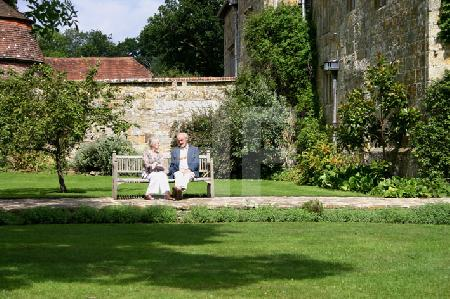 Paar auf einer Bank im Park von Batemans, dem Haus Rudyard Kiplings, Südengland
