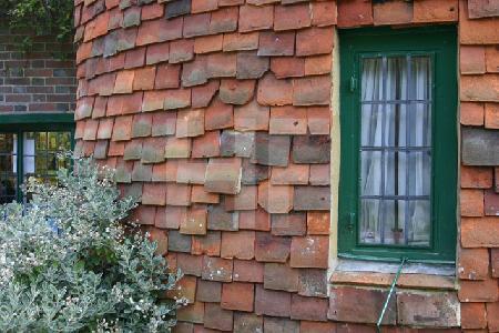 Schindeln an einer Hauswand, Batemans, Südengland