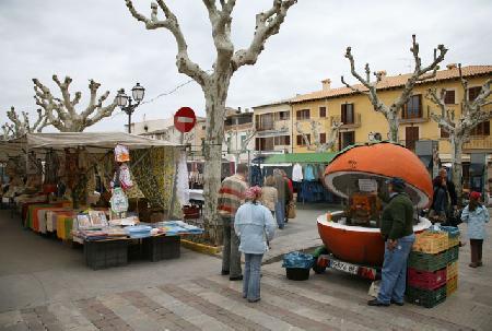 Markttag in Artà: Marktplatz mit Saftstand, Mallorca