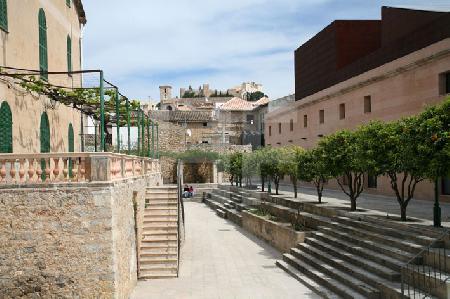 Der Platz zwischen altem und neuem Kulturzentrum von Artà, Mallorca