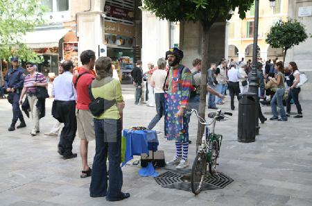 Szene mit Clown an der Plaça Marquee Palmer, Palma, Mallorca
