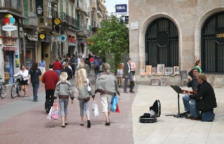 Straßenszene mit Musikanten in Palma de Mallorca