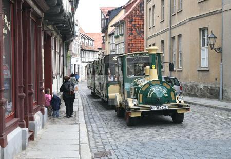 Die Bimmelbahn auf ihrem Weg durch Quedlinburg