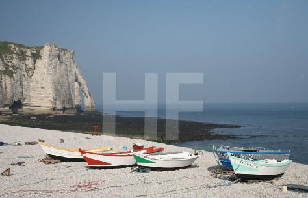 Am Strand von Etretat, Blick auf den Torbogen (Querformat)