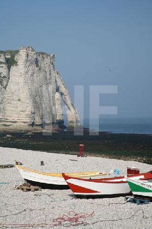 Am Strand von Etretat, Blick auf den Torbogen (Hochformat)