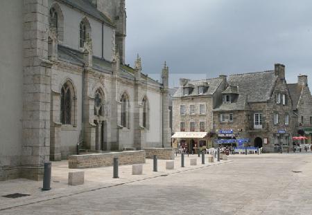 Blick auf die Kirche von Plouescat, Bretagne