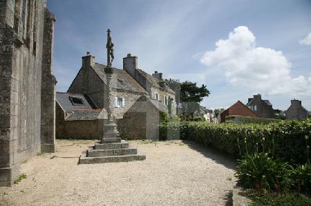 Der Kirchplatz auf der Ile de Batz, Bretagne