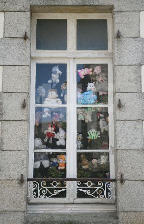 Kinderzimmerfenster in Roscoff, Bretagne