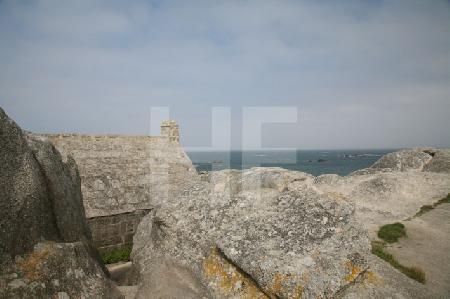 Blick aufs Meer über die Felsenkapelle von Ménéham, Bretagne